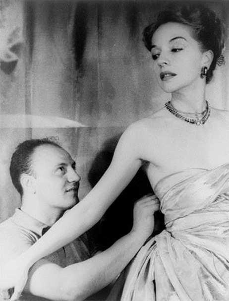 Pierre Balmain adjuste une robe sur Ruth Ford